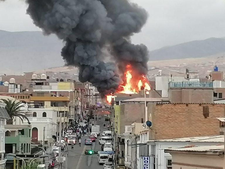 Mollendo: Incendio de gran magnitud reduce a cenizas antigua casa de madera