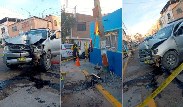 Moquegua: Camioneta se estrella contra poste y lo desprende de su base