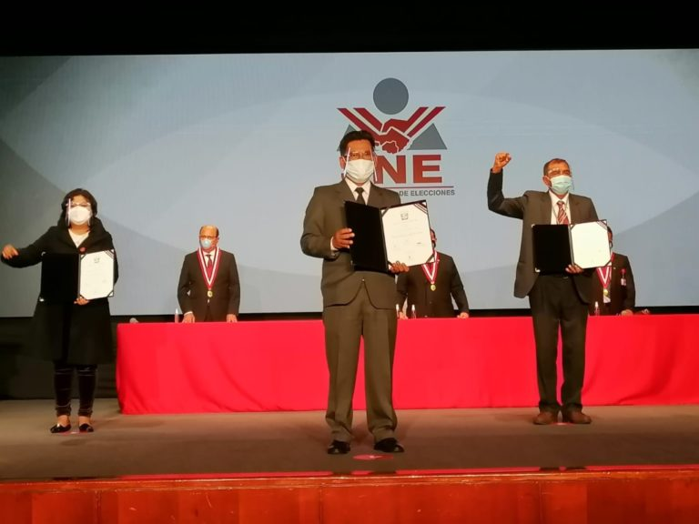Samuel Coayla y Víctor Cutipa recibieron credencial de congresista de la República