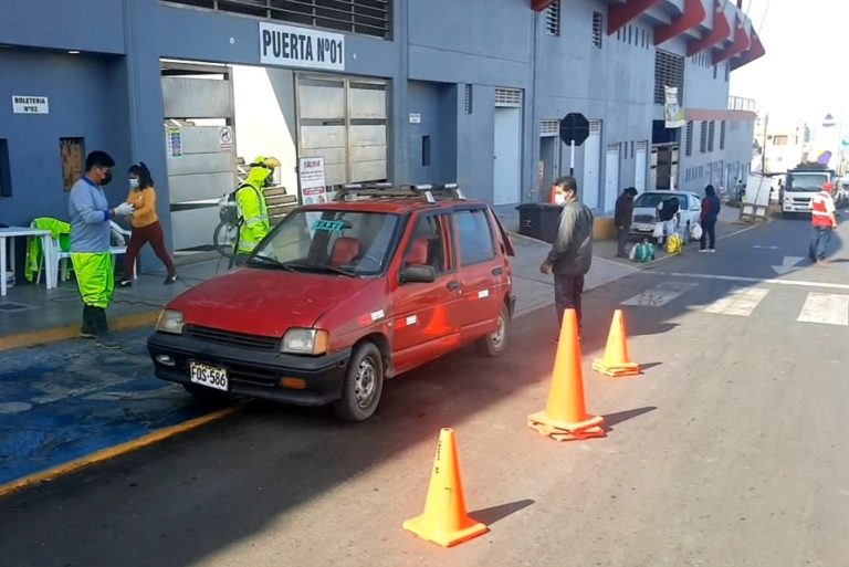 Mollendo: Desinfectan vehículos de transporte público contra el covid-19