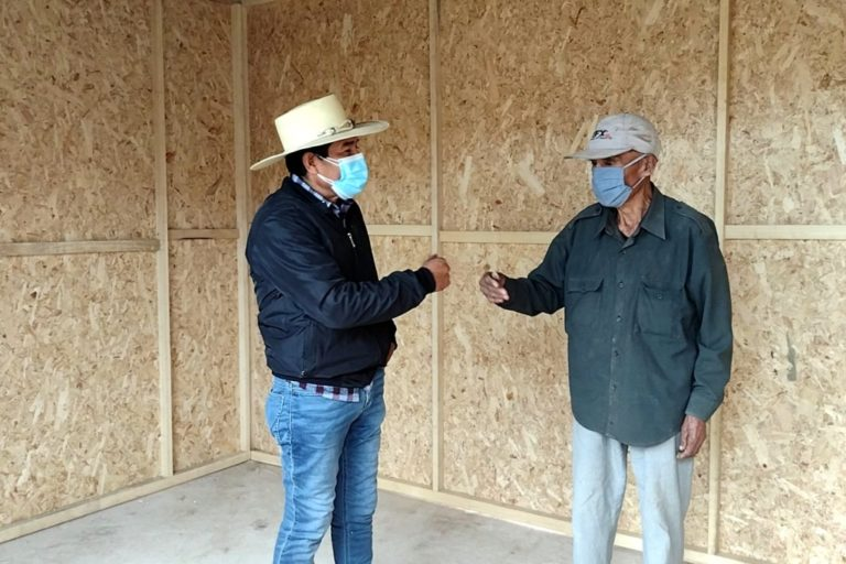 Municipio de Deán Valdivia entrega módulo de vivienda a ancianos