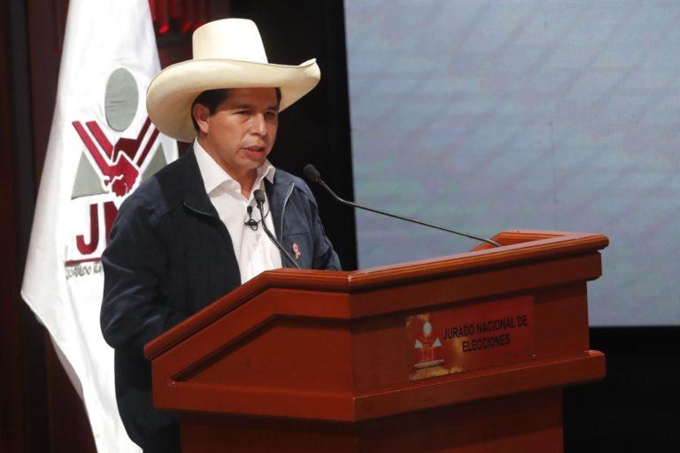 IEP: Pedro Castillo iniciará su mandato presidencial en Perú con un 53% de aprobación