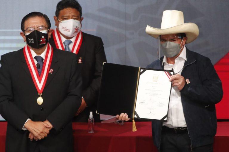 Pedro Castillo recibe credencial de presidente de la República