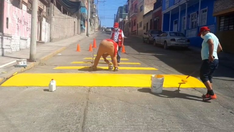 Pintan rompe muelles en calle Deán Valdivia, ante reclamos