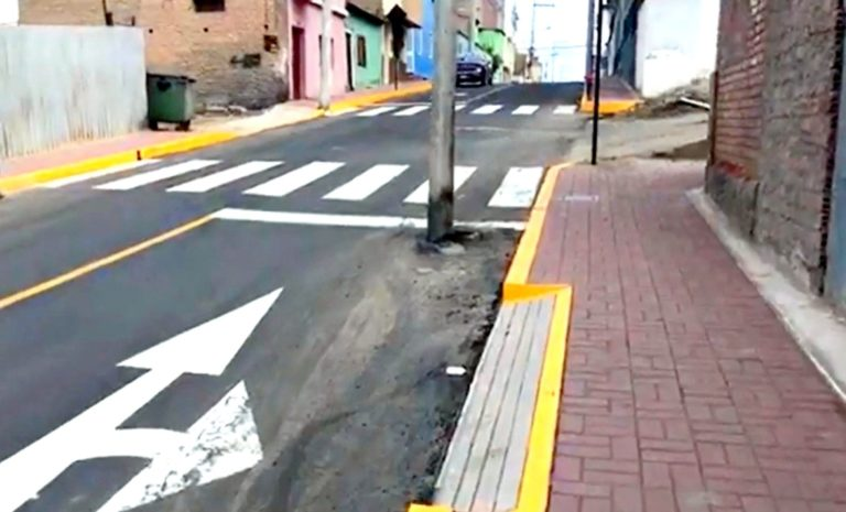 Mollendo: entregan veredas en calle Puno, pero poste queda en plena vía