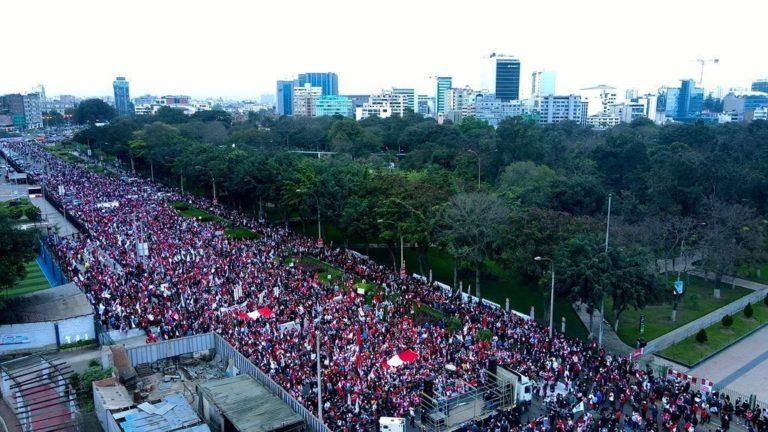 Multitudinaria marcha en Lima contra el gobierno de Pedro Castillo
