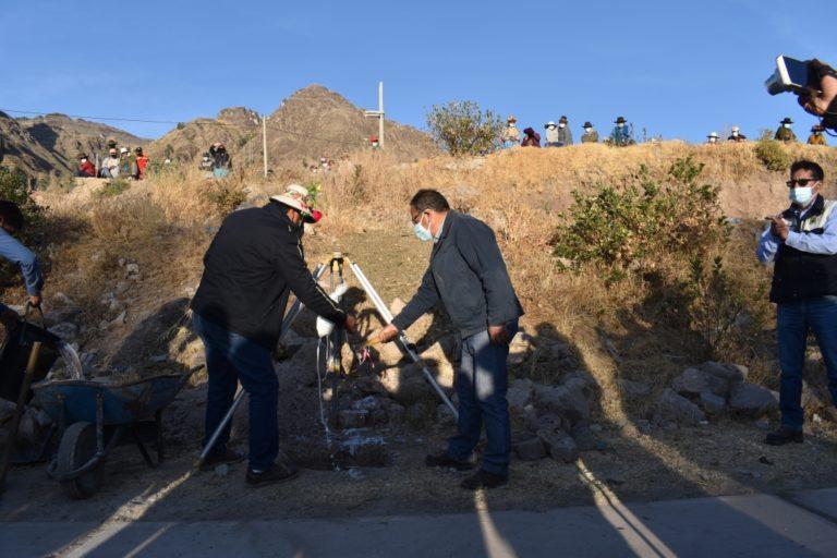 Colocan primera piedra donde se construirá el Complejo Deportivo para Carumas