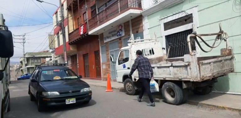 Mollendo: Camión estacionado sobre la vereda pone en riesgo a peatones