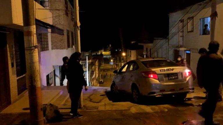 Mollendo: Auto de jóvenes queda atorado entre las calles Islay y La Mar